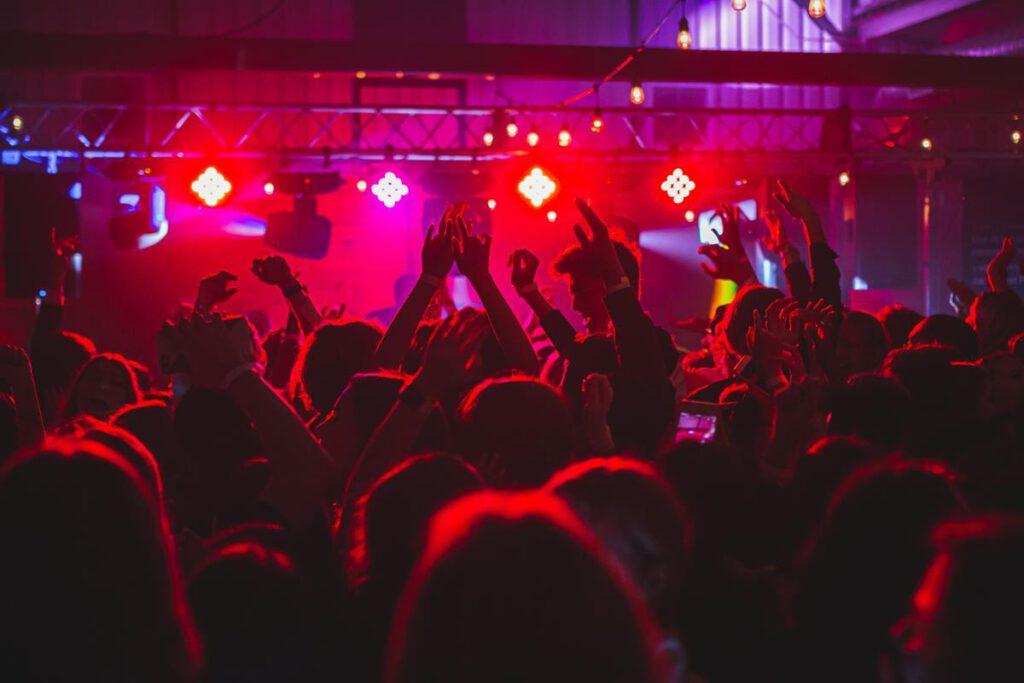 W wielu miastach możesz pójść potańczyć ze znajomymi w klubie